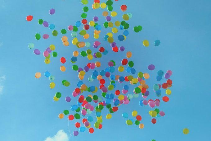 青空に舞う色とりどりの風船