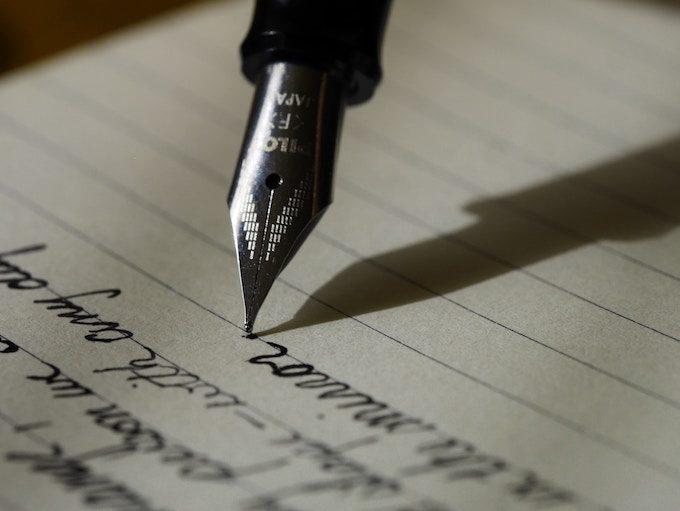文字を書く万年筆