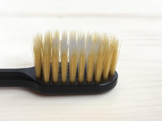 歯ブラシ斜めからアップ
