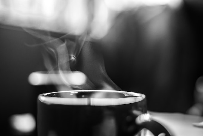 湯気が立ち上るコーヒーカップ